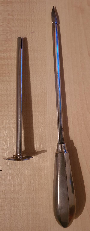 Trommespyd og flange, separat, til behandling af trommesyge hos drøvtyggere.